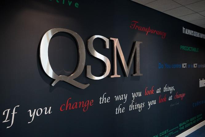 Logo van QSM op kantoor
